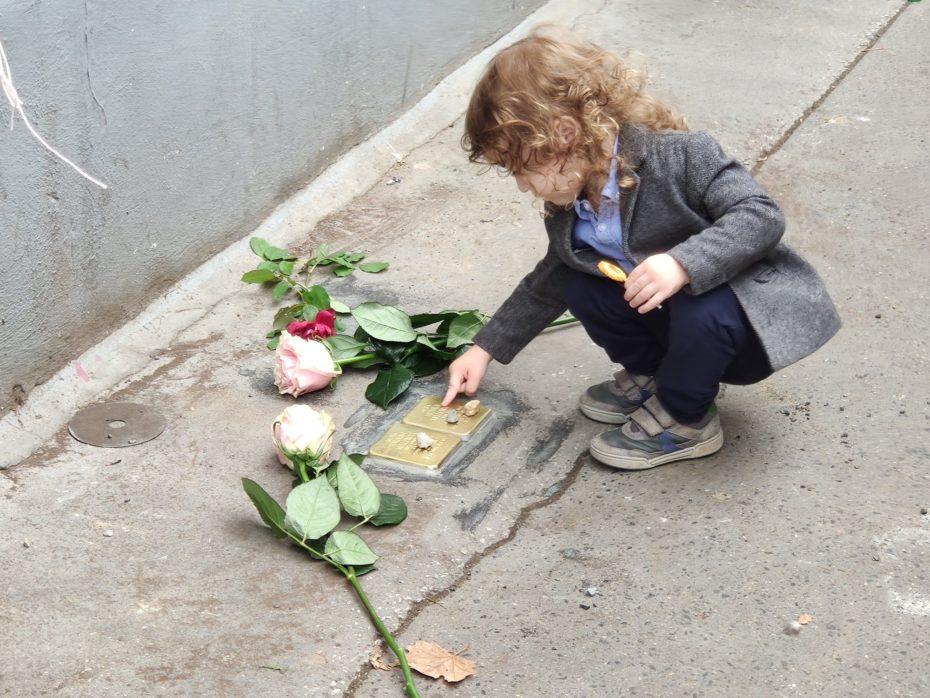 Kameny zmizelých jsou trvalou připomínkou hrůz druhé světové války.